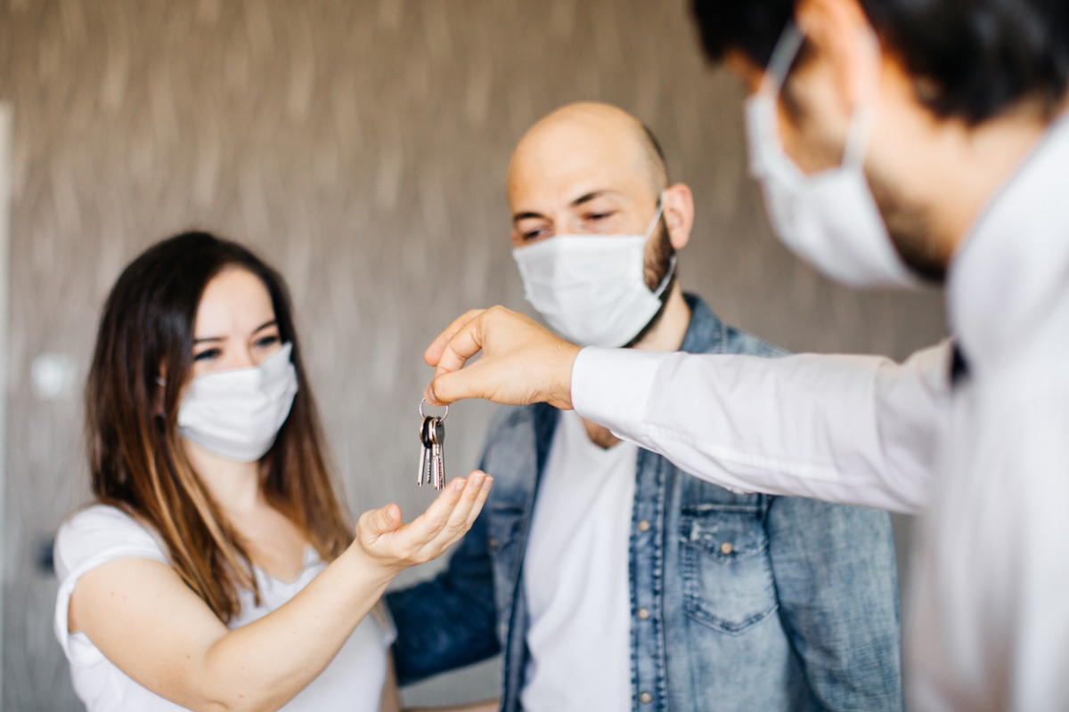 realtor-with-a-protective-face-mask-picture-id1263235756